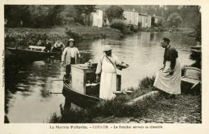 Le boucher en barque sur la Sèvre niortaise servant ses clients à Coulon. Marais poitevin