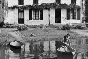 Coulon, La maison aux volets bleus - Madame Ravard traversant la Sèvre