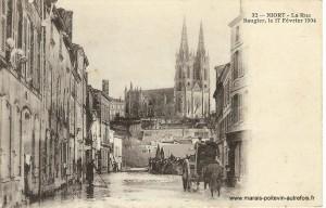 Niort inondation de Février 1904  Vue de la rue Baugier vers l'église Saint André