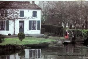 Coulon, La maison aux volets bleus - Madame Ravard et le facteur